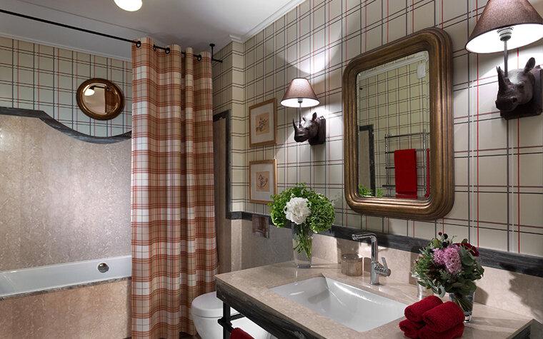Керамическая плитка в шотландскую или английскую клетку – популярный вид отделки для ванной или кухни.