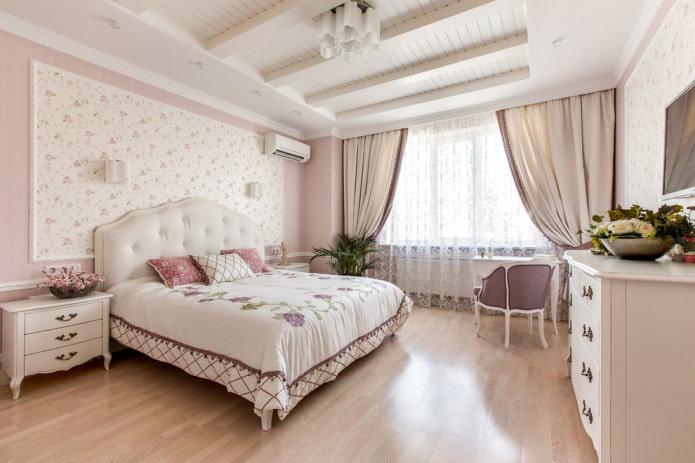 Спальня в стиле прованс с цветочным узором на обоях.