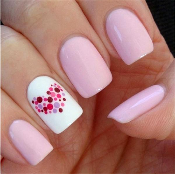 Розовые ногти с корректными точками на белом покрытии