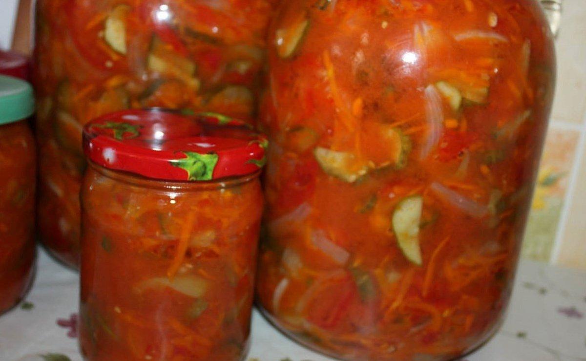 Рецепт этого салата я попробовала сравнительно недавно и он сразу же стал одним из самых любимых заготовок из помидор.