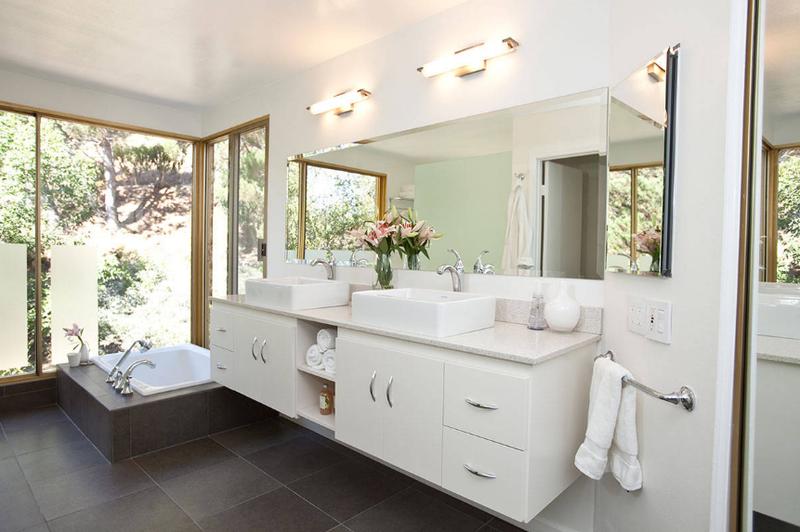 фото и дизайн освещения натяжного потолка в ванной