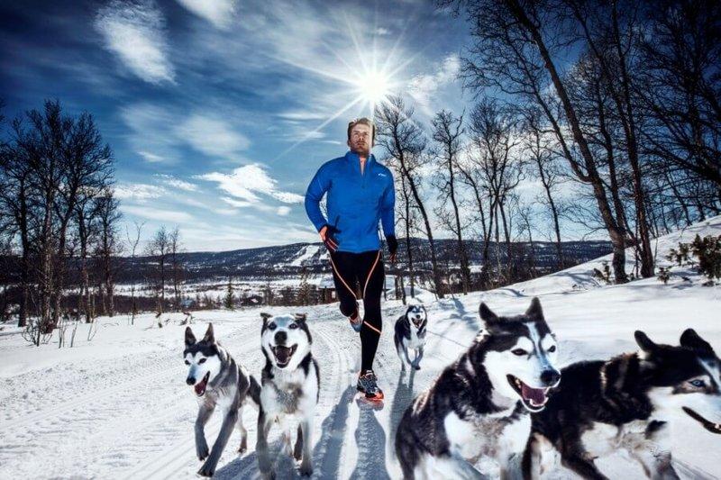 Чтобы зимняя пробежка не была монотонной можно взять с собой любимую собаку.