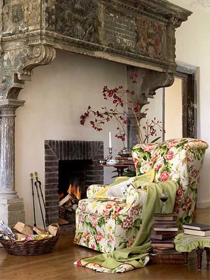 Оригинальное цветочное кресло в роскошной гостиной