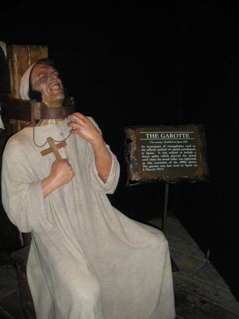 В Лондонском музее мадам Дюссо представлены и такие мрачные экспозиции, как «Камера пыток», заполненная страшными в своем реализме скульптурами убийц, их жертв, палачей и пыточных инструментов.