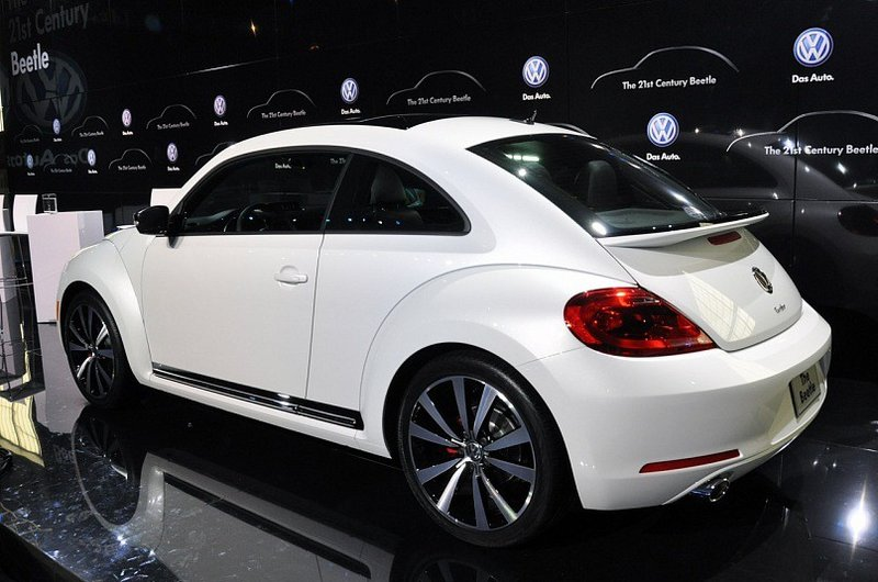 Автомобиль Volkswagen Beetle, белого цвета, вид под углом