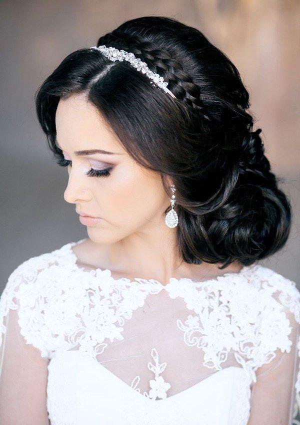 невеста - брюнетка с изящной прической