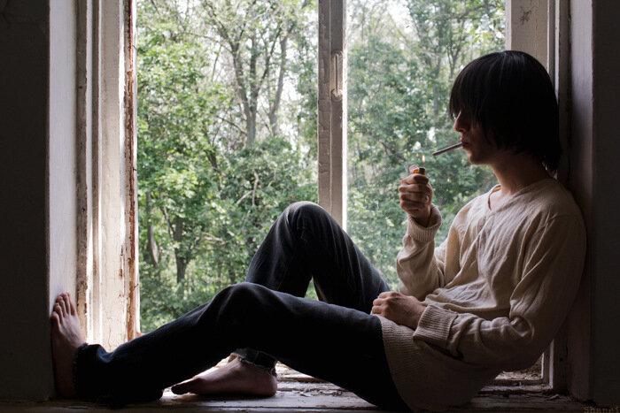 картинка сидящий мужчина у окна крафт реквизита для