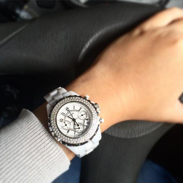 портрет часы шанель на руке фото человек