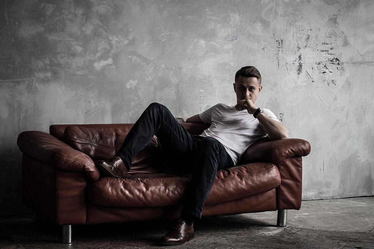 Картинки мужчины на диване
