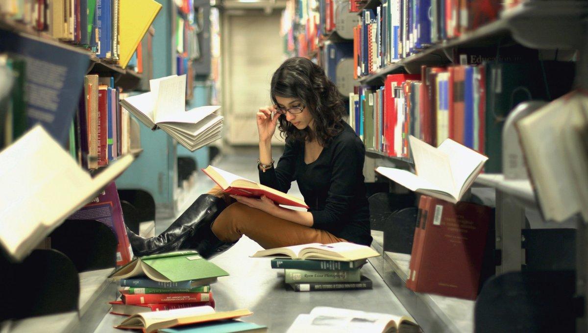 sem-devushki-v-biblioteke