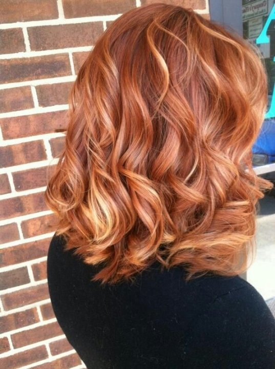Plavi pramenovi na bakarno crvenoj kosi