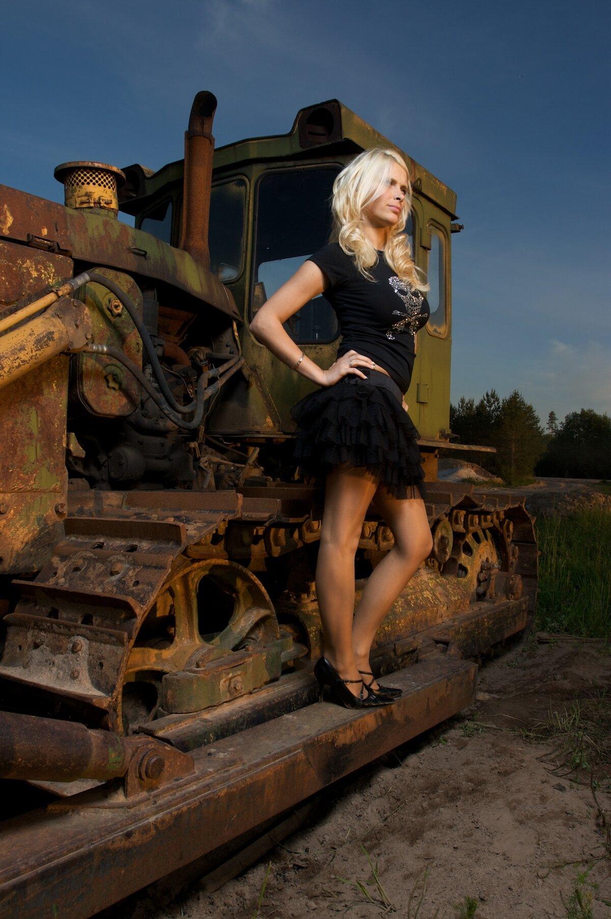 Девушки на тракторе в картинках