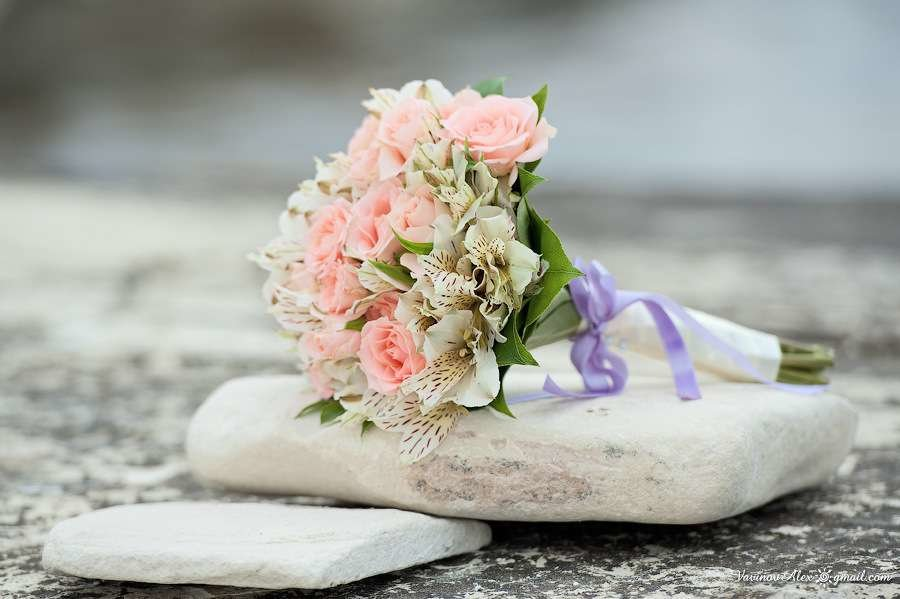 Букет невесты альстромерия и розы, цветов доставкой