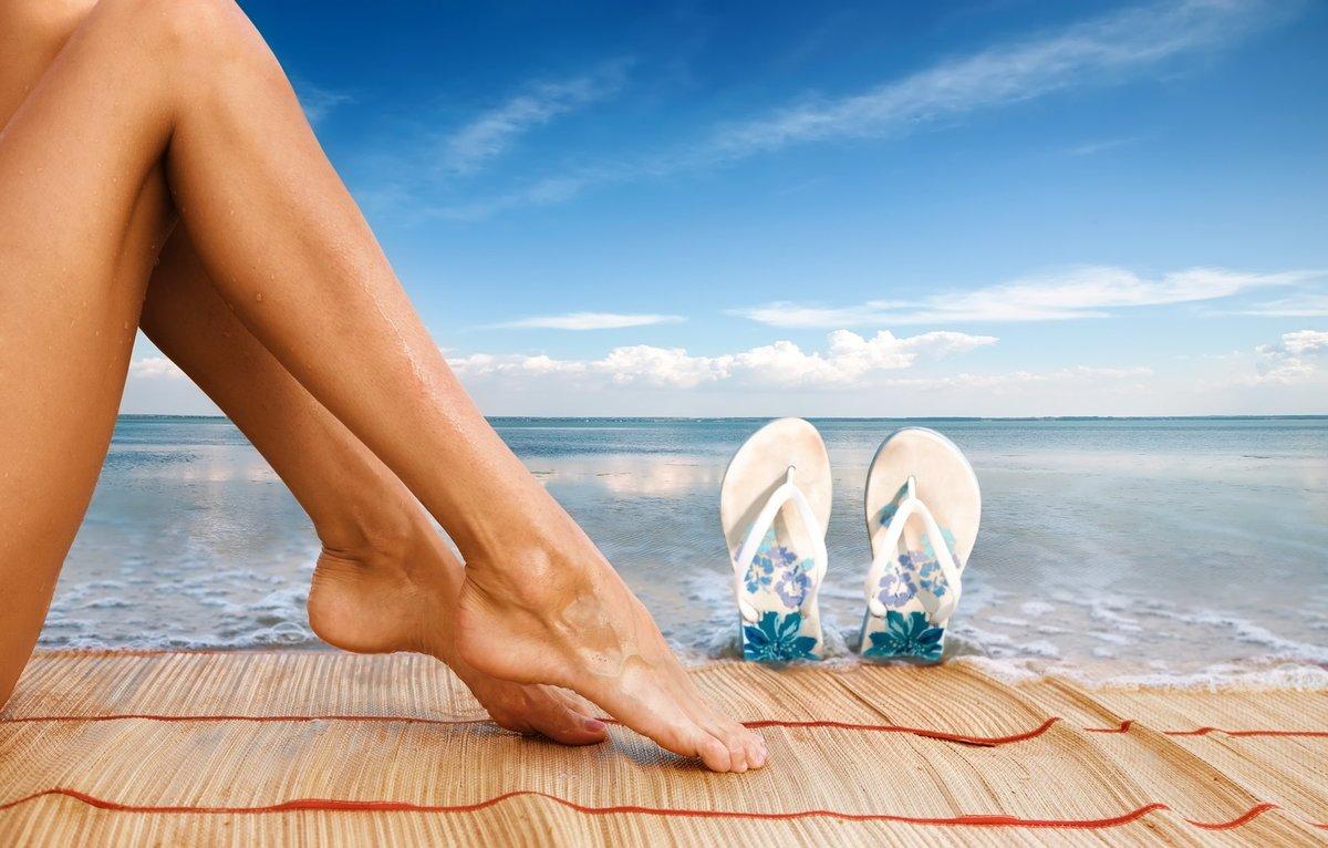 Картинка с ногами у моря, открытка юбилеем