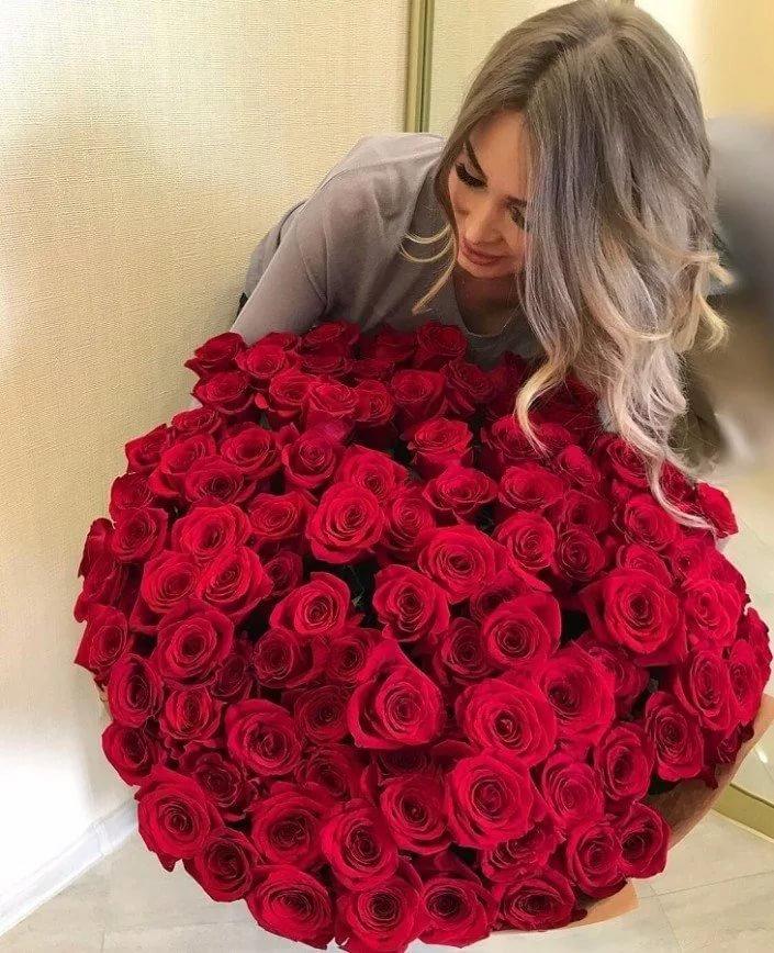 Картинки букеты роз с девушкой
