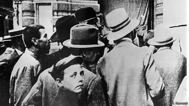 Москвичи читают приказ о мобилизации в 1914 году
