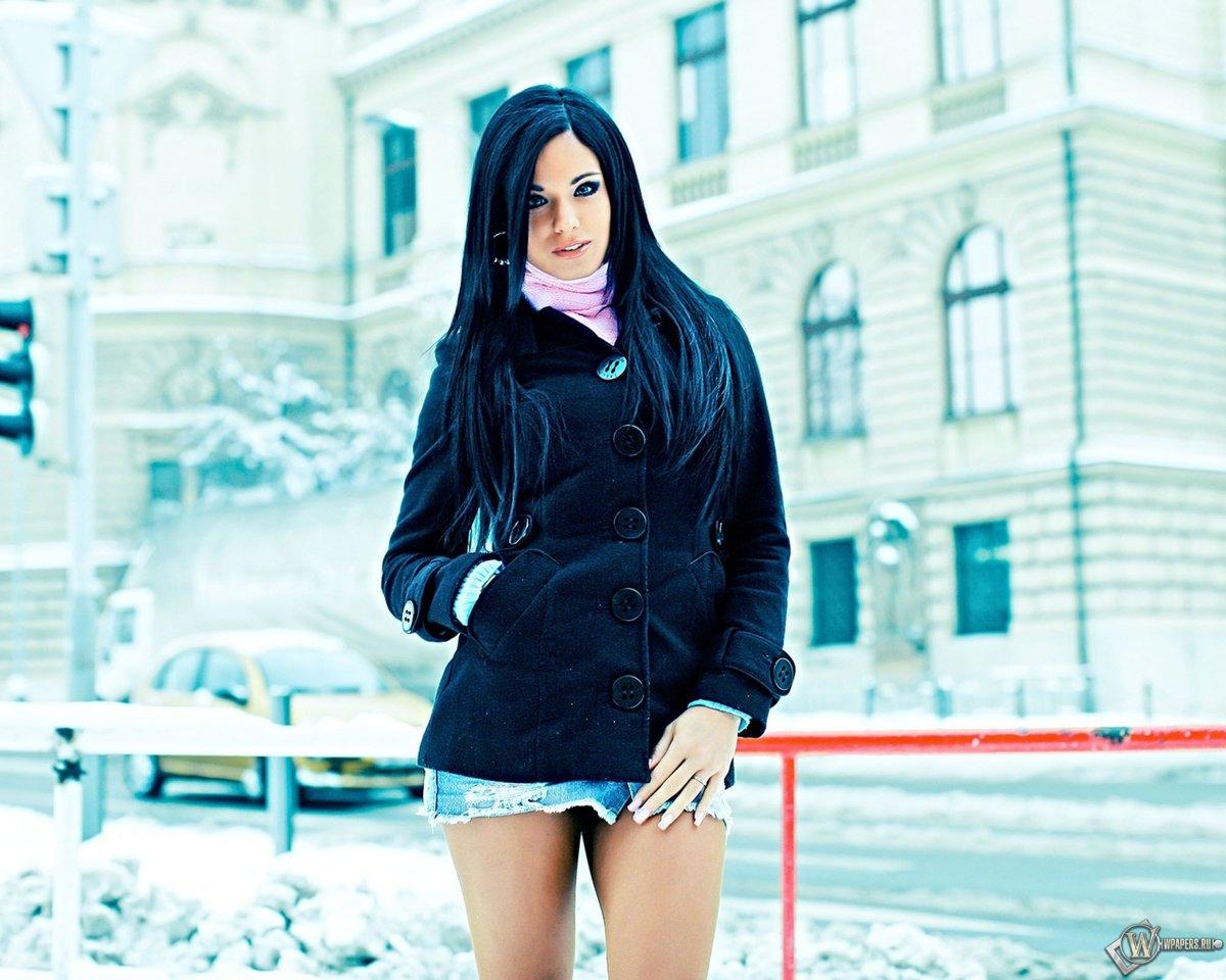 Фото девушек на зимнем улице сзади брюнеток с одеждой троих паровозиком