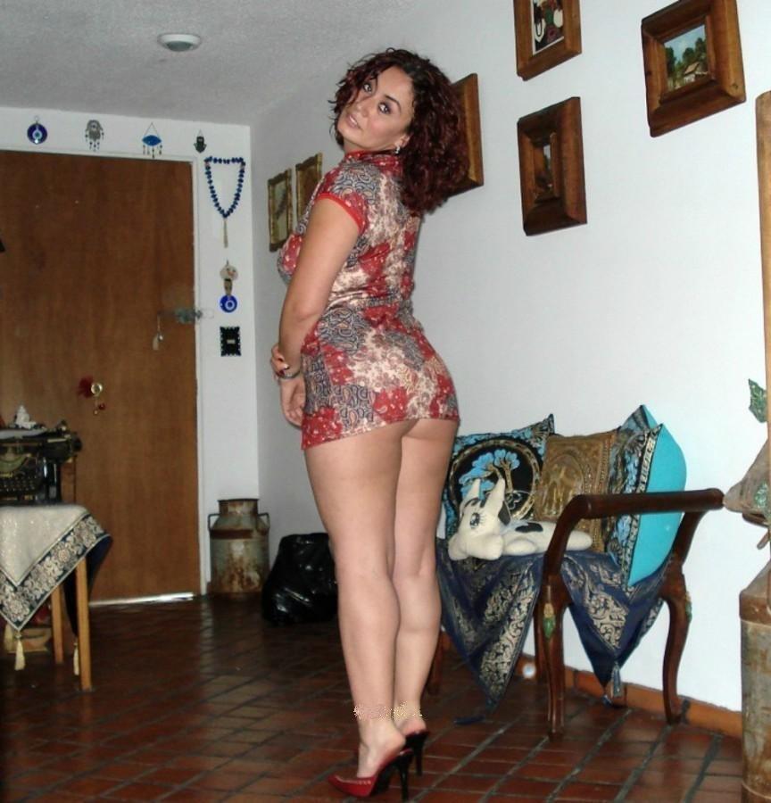 Девушка обтягивающих откровенное домашнее фото супругов длинных ночнушек девушка