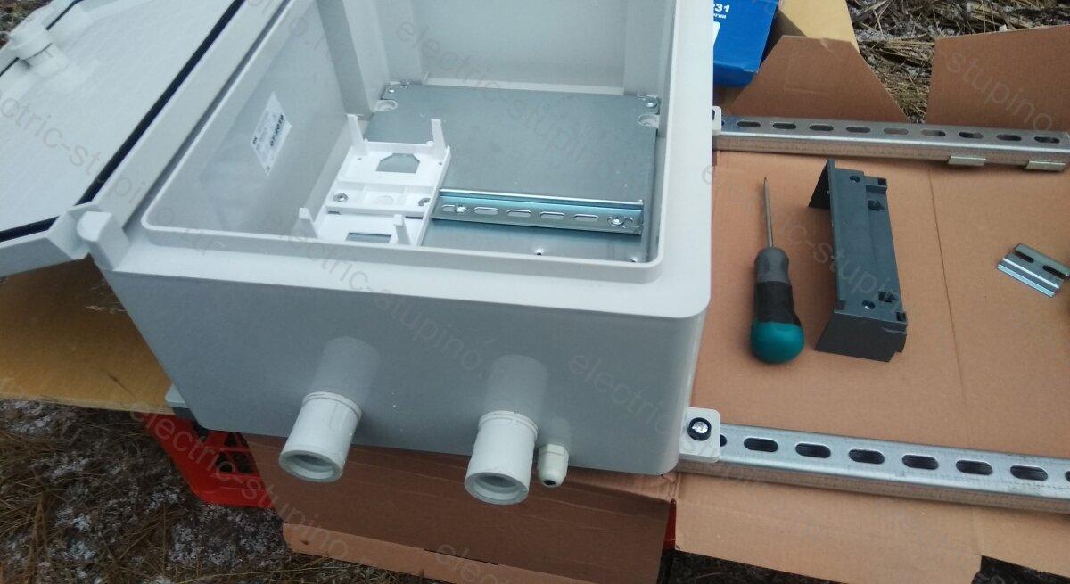 Установка герметичных вводов для кабеля в электрощит