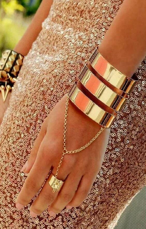 Фото с браслетами на руке