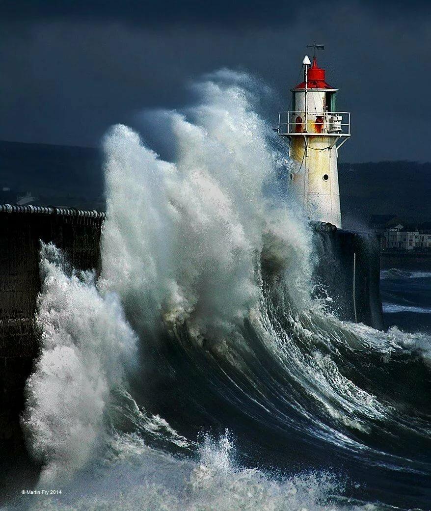 Маяк в шторм картинка