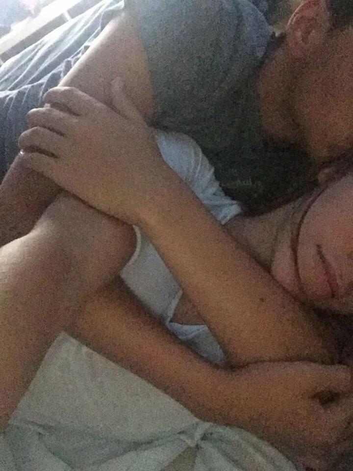 Девушки с парнем в кровати селфи