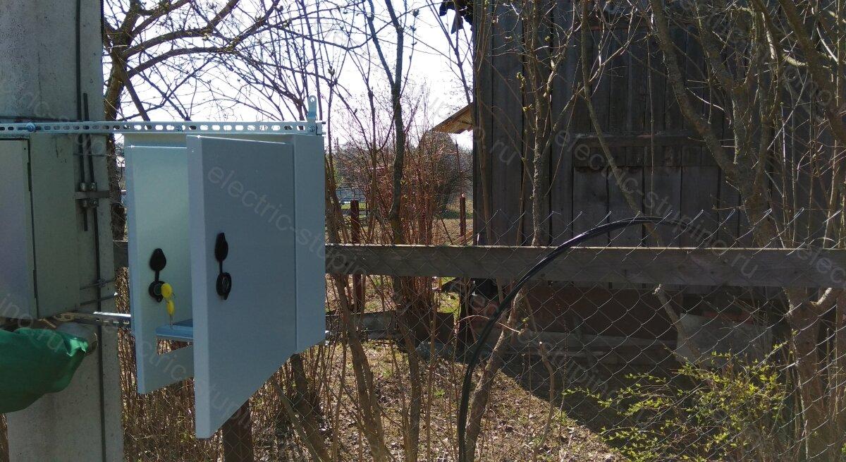 Крепление электрощита к столбу ЛЭП на кронштейне