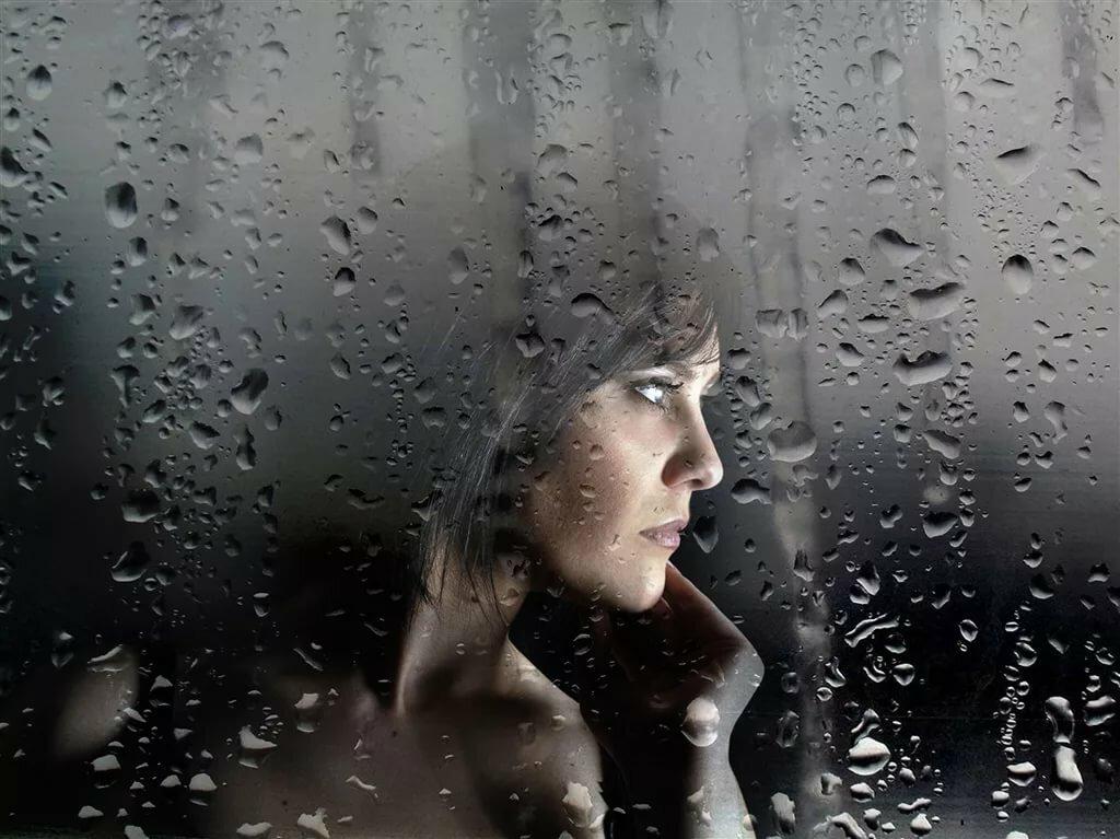 Картинки лицо женщины на мокром окне