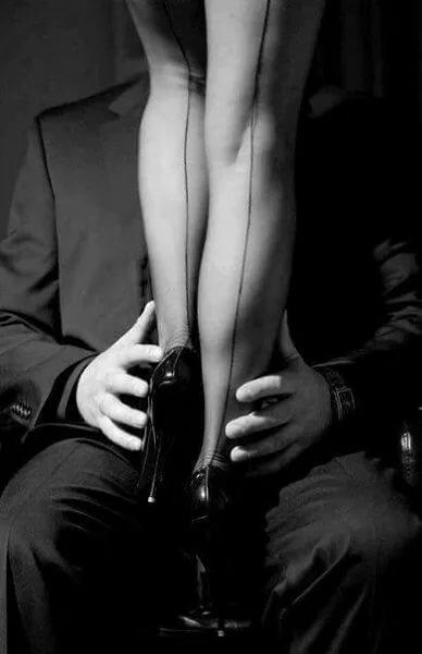 Картинка женские ноги и мужская руками