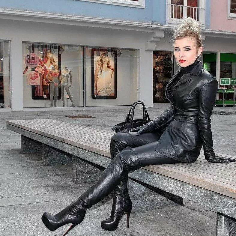 того, фотосессия красивых дам в перчатках на ботфортах всего