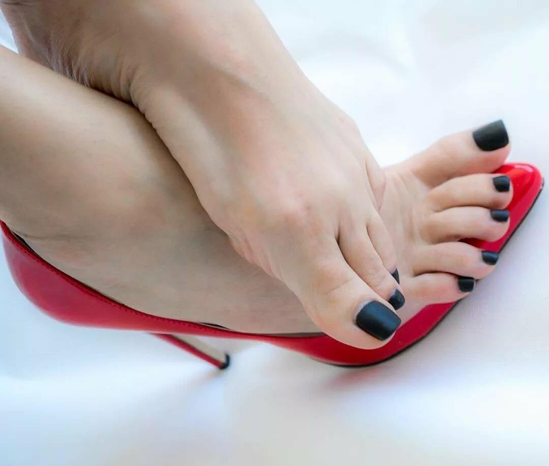 Накрашенные пальчики на каблуках фото