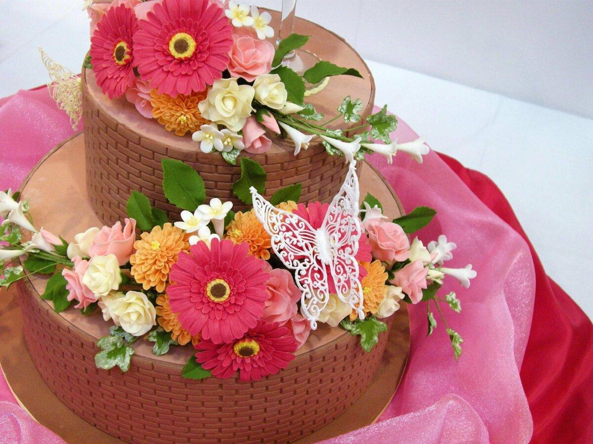 Красивая открытка с тортом и цветами