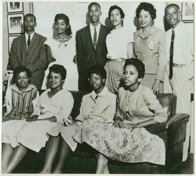 24 сентября 1957 года вгороде Литтл-Рок части армии США рассеяли толпу расистски настроенных горожан, не пускавших в школу темнокожих учеников