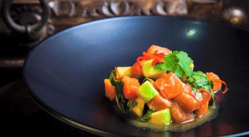 Тайский салат  из лосося с папайей и авокадо в пикантном соусе