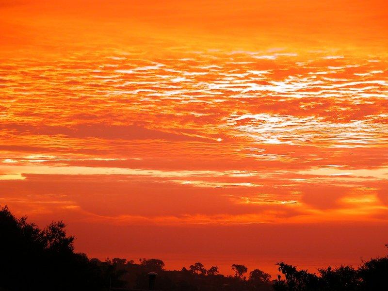 Огненное вечернее небо