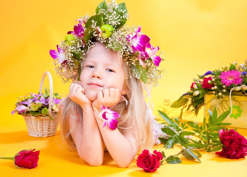 открытки с детками в цветах гирлянду