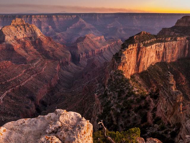 Вид сверху на каньон во время заката.