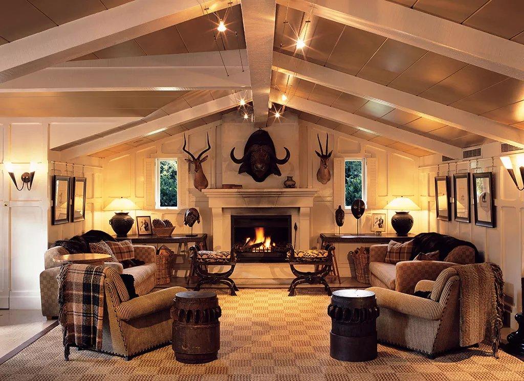 Гостиная в деревенском стиле наглядно демонстрирует все бога.