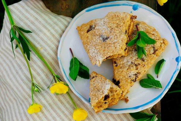 Скон – это небольшого размера британский хлеб быстрого приготовления. Мы испечем его с арахисовым маслом, овсяными хлопьями и шоколадом.