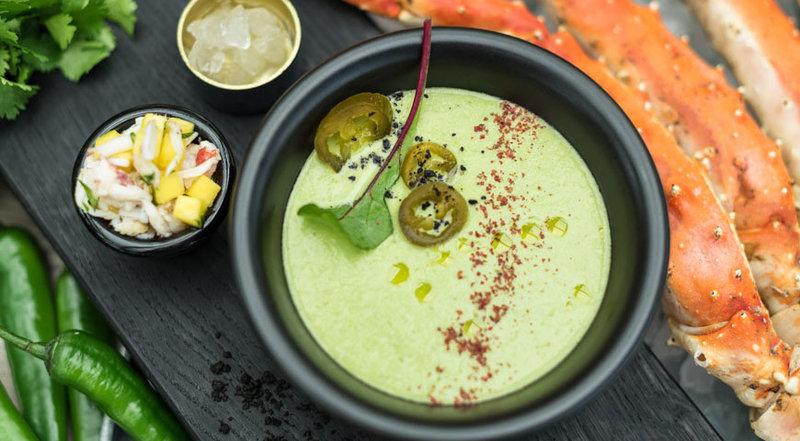 Прохладный крем-суп из зеленого перца с камчатским крабом и тайским манго.