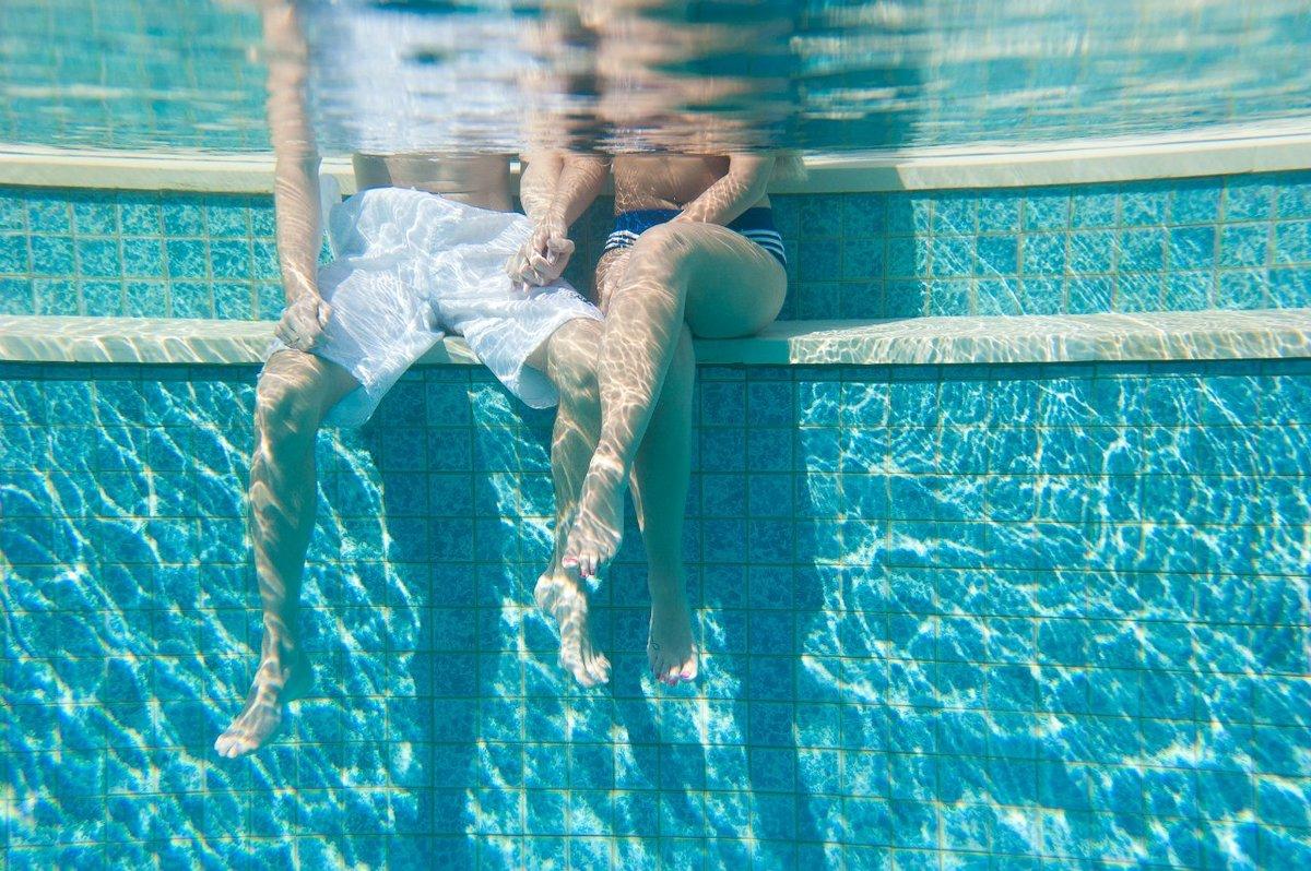 двое в бассейне картинки также