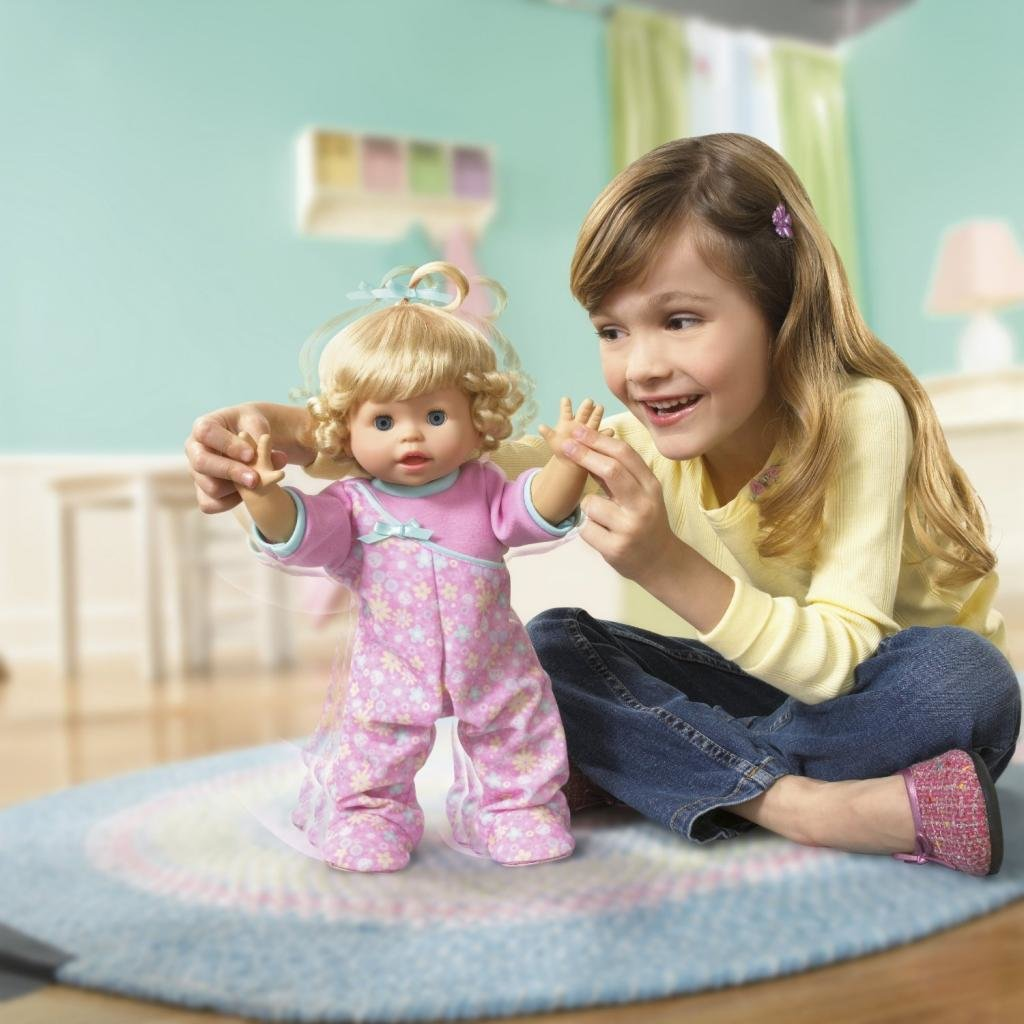 Девочка играет с куклами картинки