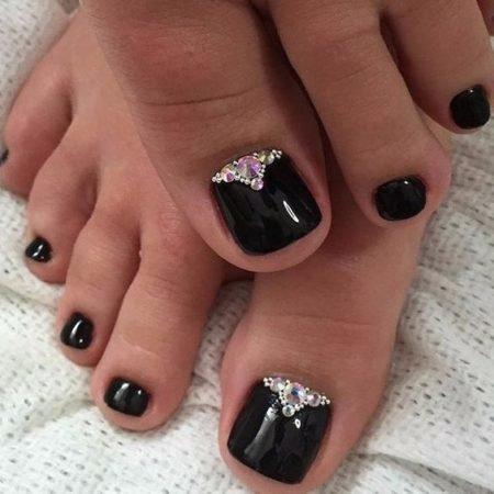 Дизайн ногтей с камнями на ногах