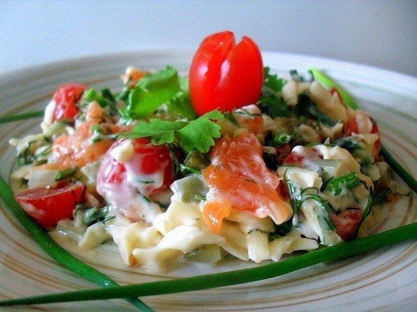 Салат из красной рыбы и помидорами черри