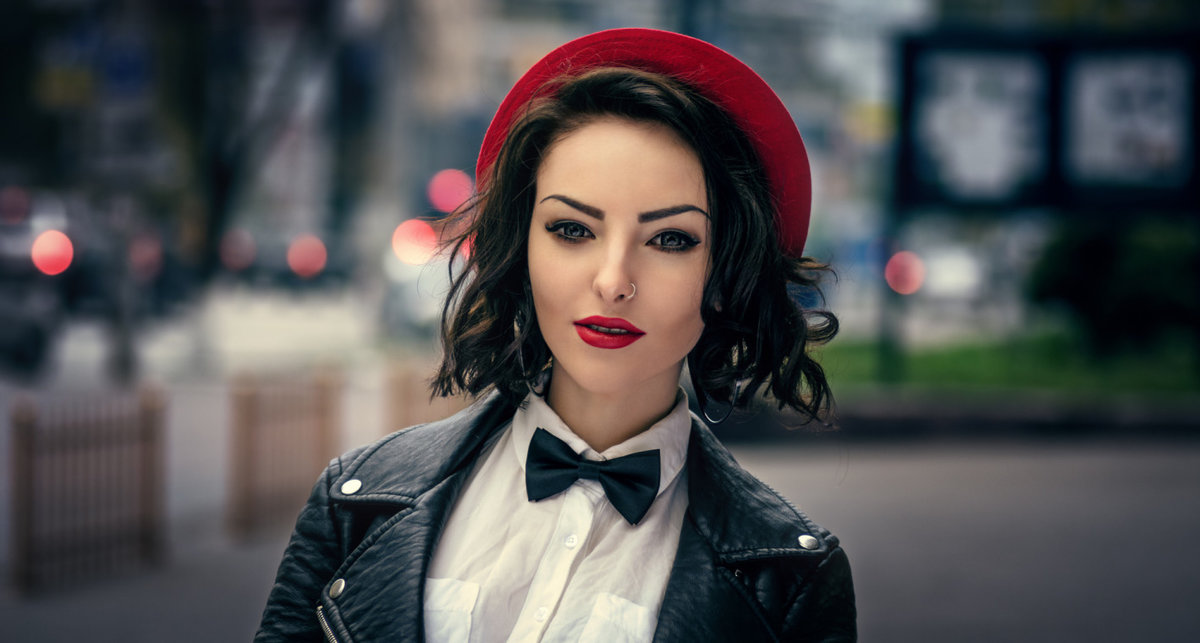 Фото красота брюнетки в красной шляпе