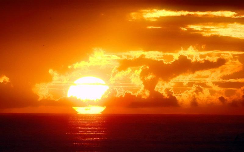 Рассветное солнце над морем