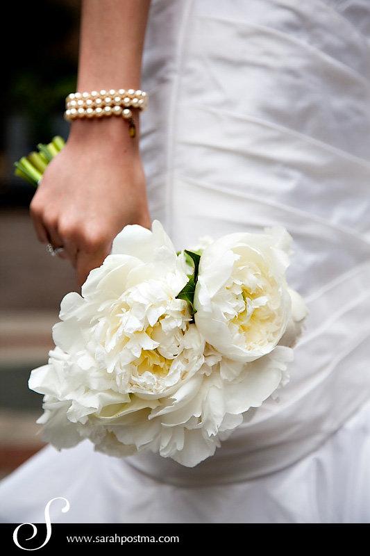 Свадебный букет из пионов с жемчугом