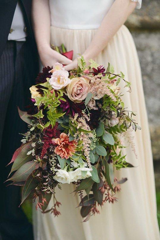 Разве можно оставить без внимания такой важный аксессуар образа невесты как букет?