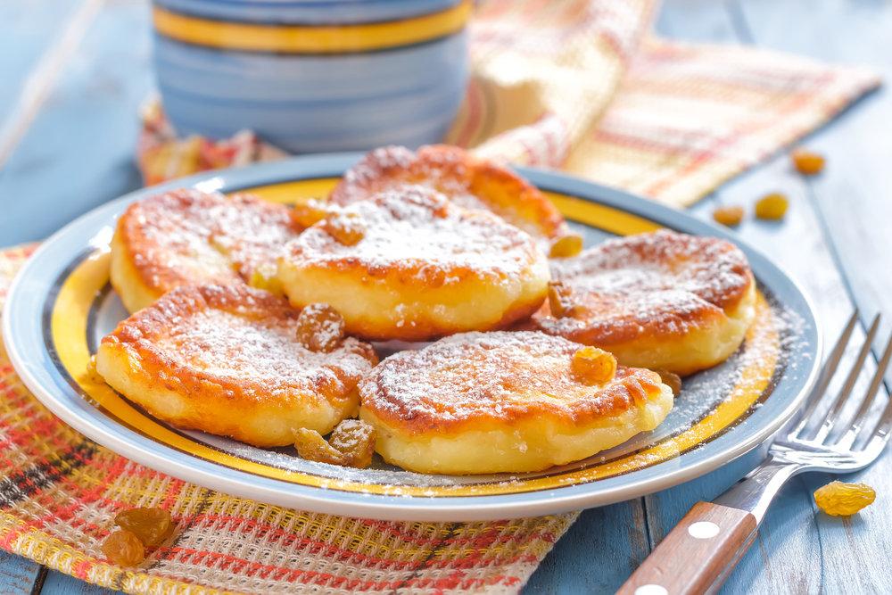 Если творог с комочками, перед тем, как готовит сырники, протрите его через сито.