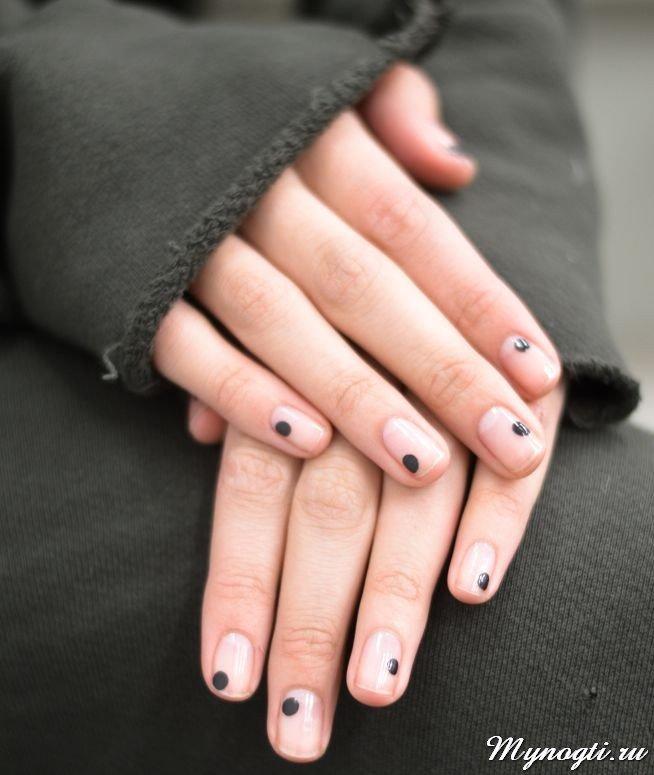 Пятна на ногтях  Не умеете рисовать на ногтях? Совсем далеки от малейших навыков в создании какого-либо дизайна? Это абсолютно не имеет значения, так как осенью и зимой 2017-2018 года модно будет нанести на ногти несколько черных, желтых, синих пятен с помощью дотса и гордо именовать этот шедевр – маникюр negative space...